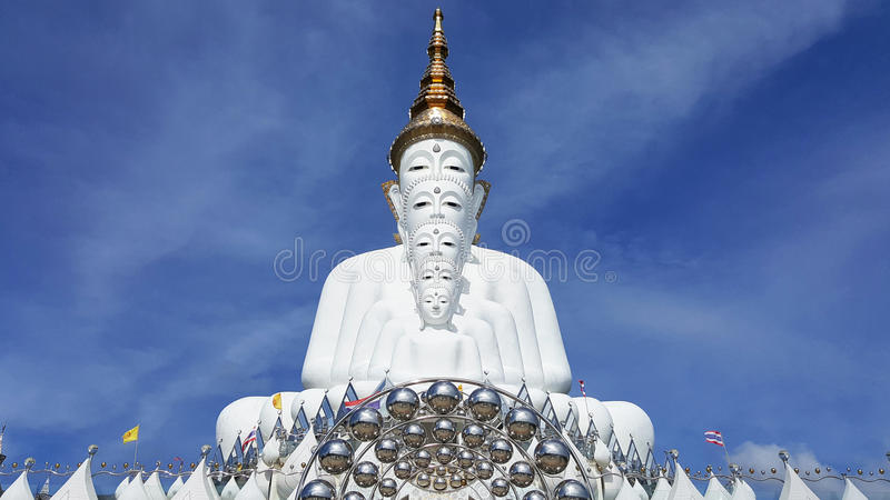 Fünf weiße Buddha-Statuen, die wohle Ausrichtung vor blauem Himmel sitzen und wunderbaren attraktiven Spiegel verzieren stockbilder