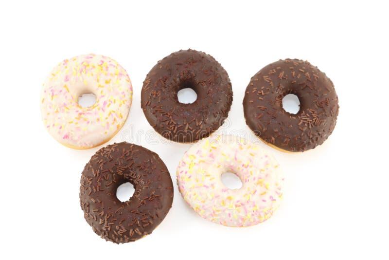 Fünf weiße und Schokoladenschaumgummiringe lokalisiert stockfotografie