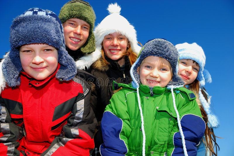 Fünf Winterkinder lizenzfreie stockfotos