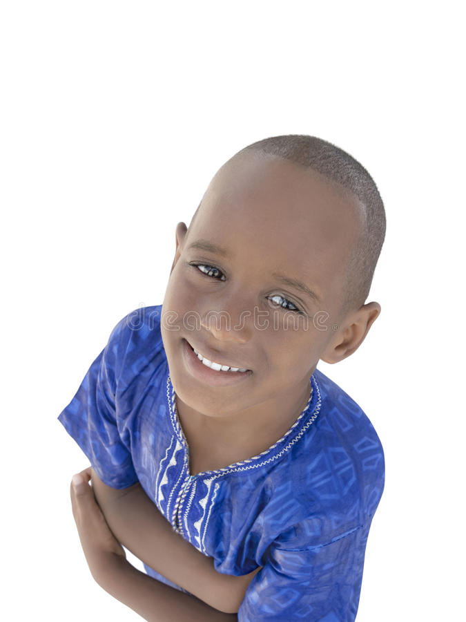"Fünfjähriger Afrojunge, der ein blaues ""boubou†, lokalisiert trägt stockbild"