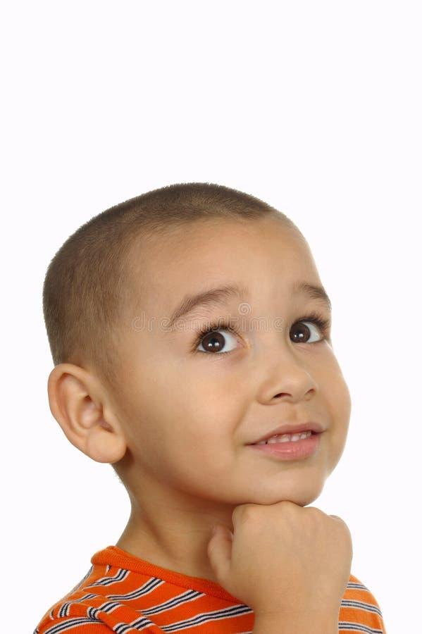 Fünfjähriger Junge, der oben schaut lizenzfreie stockfotografie