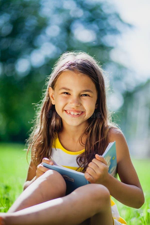 Fünfjähriges Mädchen auf der Natur lizenzfreie stockbilder