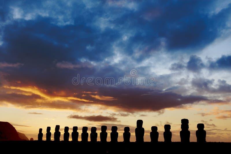 Fünfzehn standign moai gegen drastischen Abendhimmel stockfotos