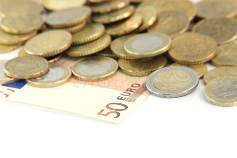 Fünfzig Euro verwischen Münzen stockfotos