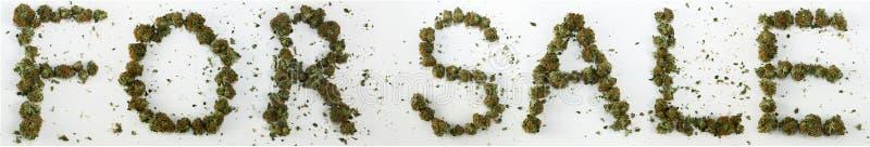 Für den Verkauf buchstabiert mit Marihuana stockbild