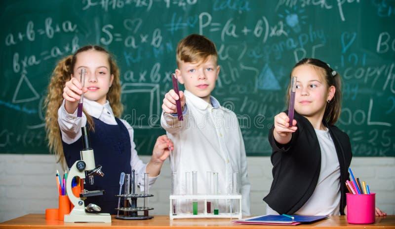 Für ein besseres morgen Labormikroskop und Reagenzgläser Chemiewissenschaft Kleinkindwissenschaftler, der herein Chemie erwirbt stockfoto