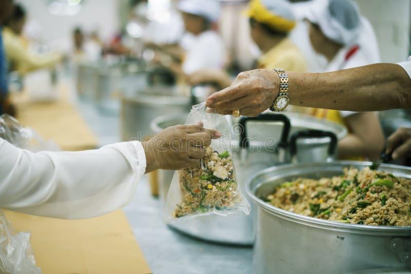Für Mitmenschen in der Gesellschaft durch das Geben der Nahrung sich interessieren, gebend ohne Hoffnung: Das Konzept der schlech lizenzfreie stockfotos