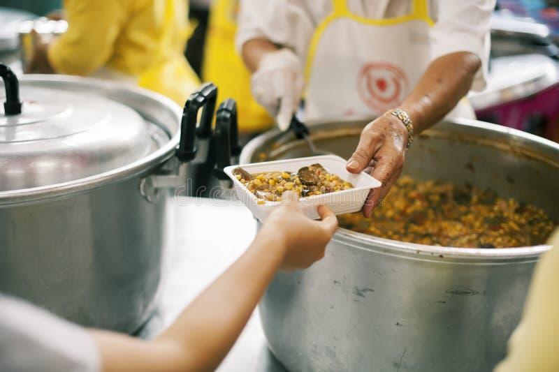 Für Mitmenschen in der Gesellschaft durch das Geben der Nahrung sich interessieren, gebend ohne Hoffnung: Das Konzept der schlech lizenzfreies stockfoto