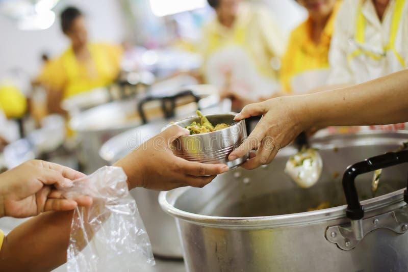 Für Mitmenschen in der Gesellschaft durch das Geben der Nahrung sich interessieren, gebend ohne Hoffnung: Das Konzept der schlech lizenzfreie stockfotografie