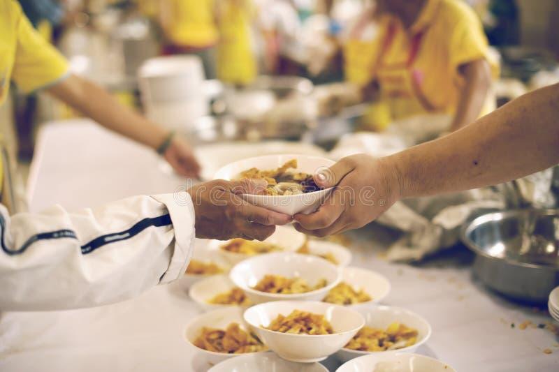 Für Mitmenschen in der Gesellschaft durch das Geben der Nahrung sich interessieren, gebend ohne Hoffnung: Das Konzept der schlech lizenzfreies stockbild