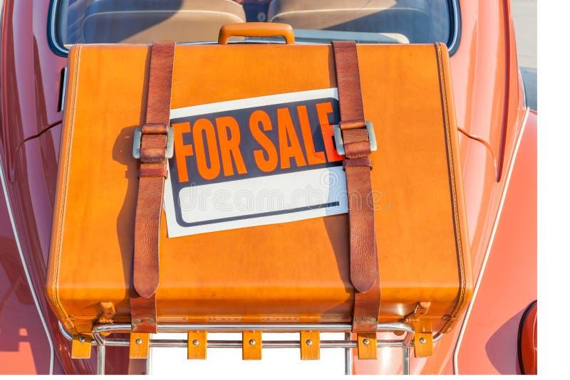Für Verkaufszeichenstock auf brauner reisender Ledertasche tragen Sie hinten lizenzfreies stockbild