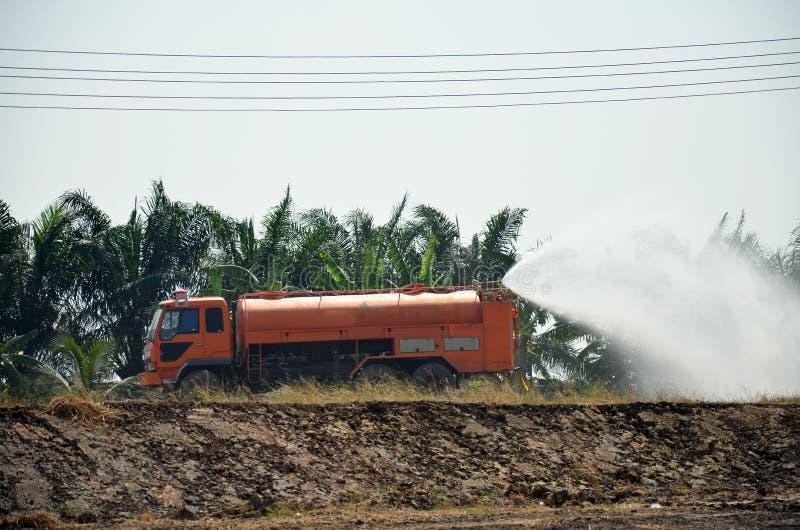 Für zu reiben der Wasserwagenspray, schützen sich auftreten Staub stockbild