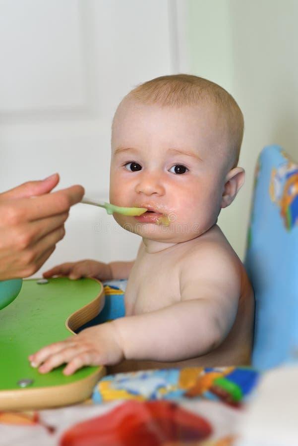 Fütterungsküche des Babys der Mutter zu Hause lizenzfreie stockfotografie