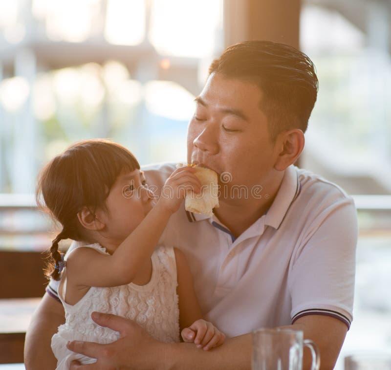 Fütterungsvatibrot des Mädchens stockfoto