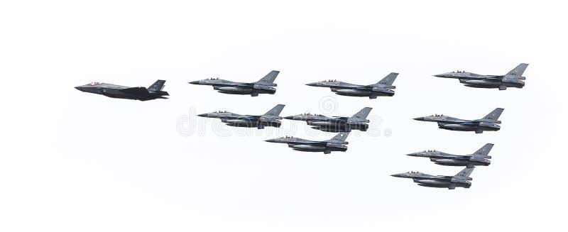 F35 в образовании с F16s стоковые фотографии rf
