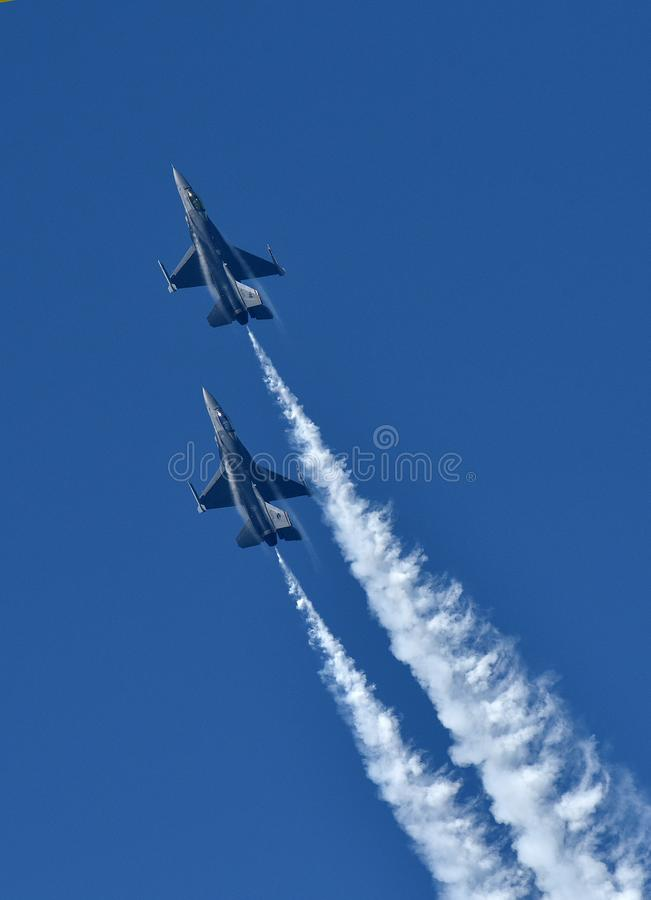 F-16在军事airshow的猎鹰 图库摄影