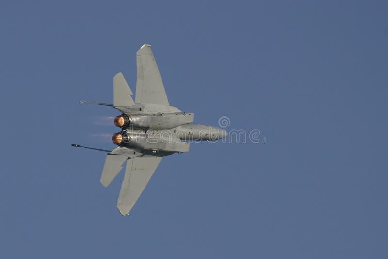 F-15 en vuelo en vuelta de las actividades bancarias imagen de archivo