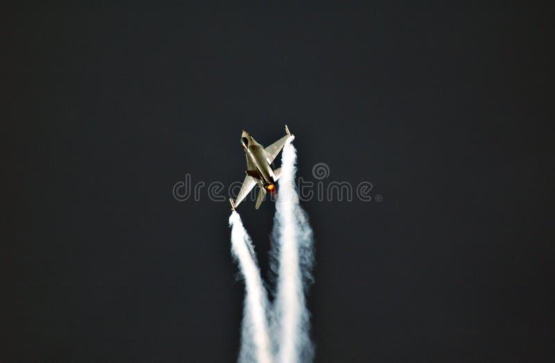 Download F-16 in actie stock afbeelding. Afbeelding bestaande uit water - 278971