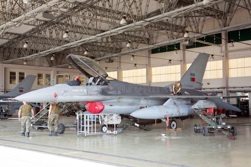 F-16 sul capannone per manutenzione immagini stock libere da diritti