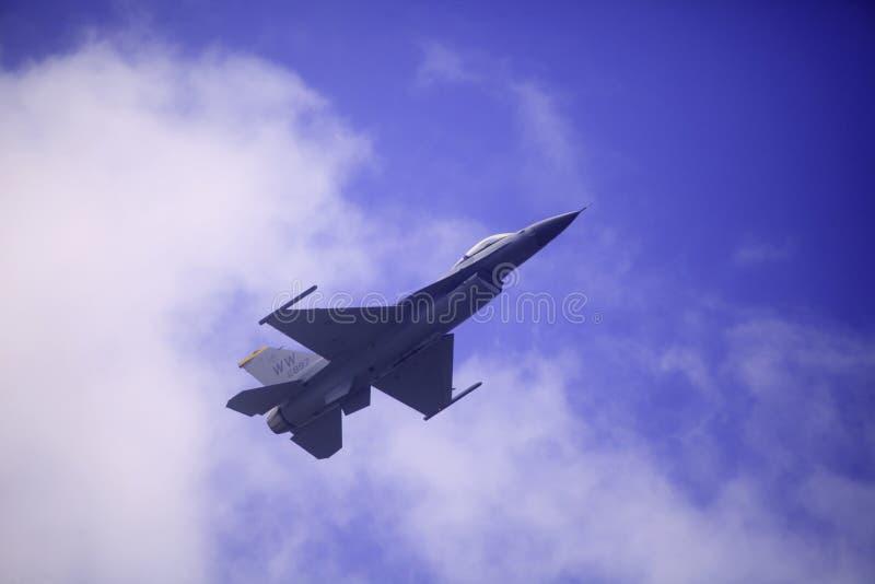F 16 vliegen bij Baai Kaneohe airshow royalty-vrije stock foto