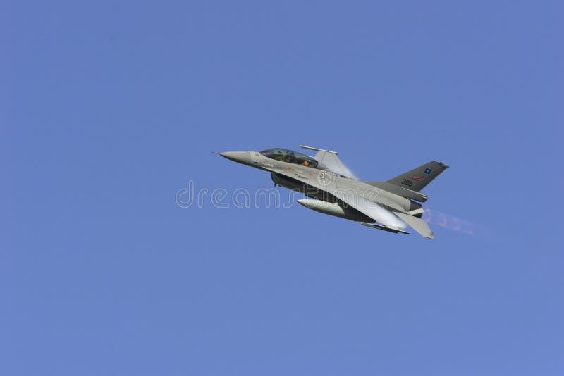Download F-16 redaktionell arkivbild. Bild av vingar, bildande - 37345502