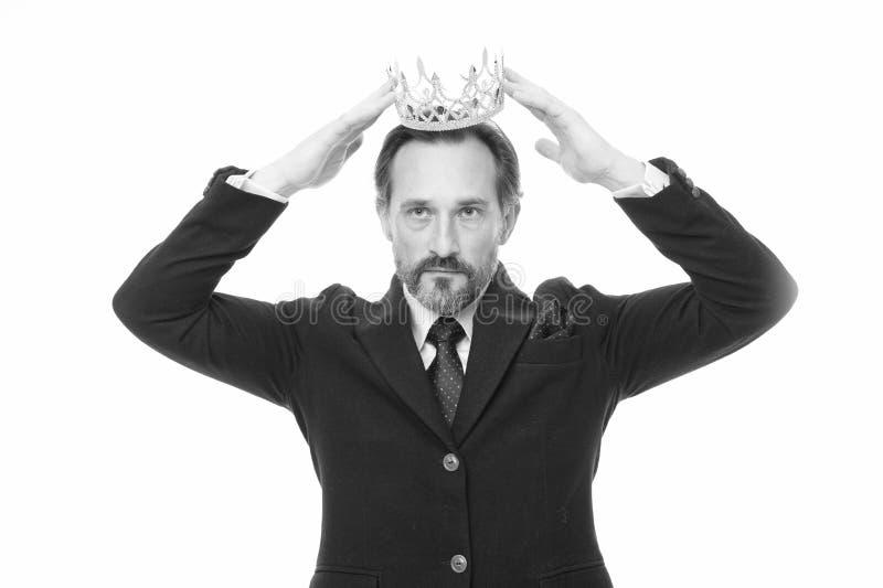 F? all adelsman B?rande krona f?r mogen aff?rsman H?g man som f?rest?ller makt och triumf Framg?ng i aff?r fotografering för bildbyråer