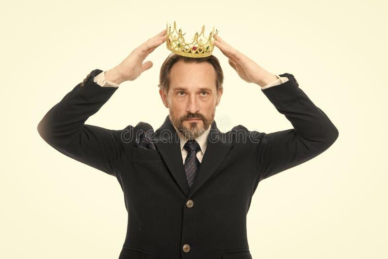 F? all adelsman B?rande krona f?r mogen aff?rsman H?g man som f?rest?ller makt och triumf Framg?ng i aff?r royaltyfria foton