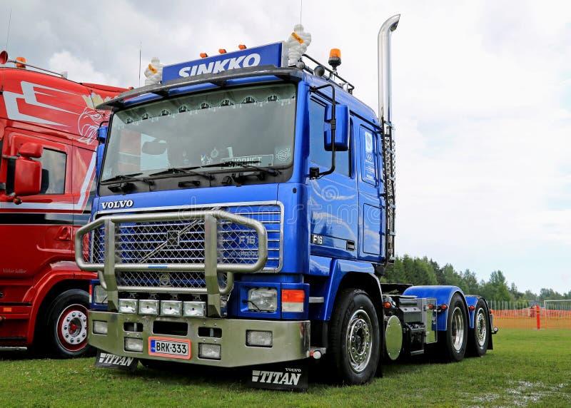 F-16 bleu de tracteur de camion de Volvo au camion de rive rencontrant 2015 image stock