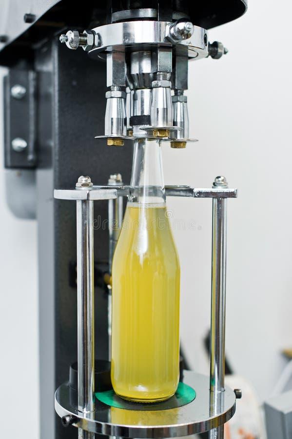F?brica de engarrafamento - linha de engarrafamento da cerveja para a cerveja de processamento e de engarrafamento em garrafas fotos de stock