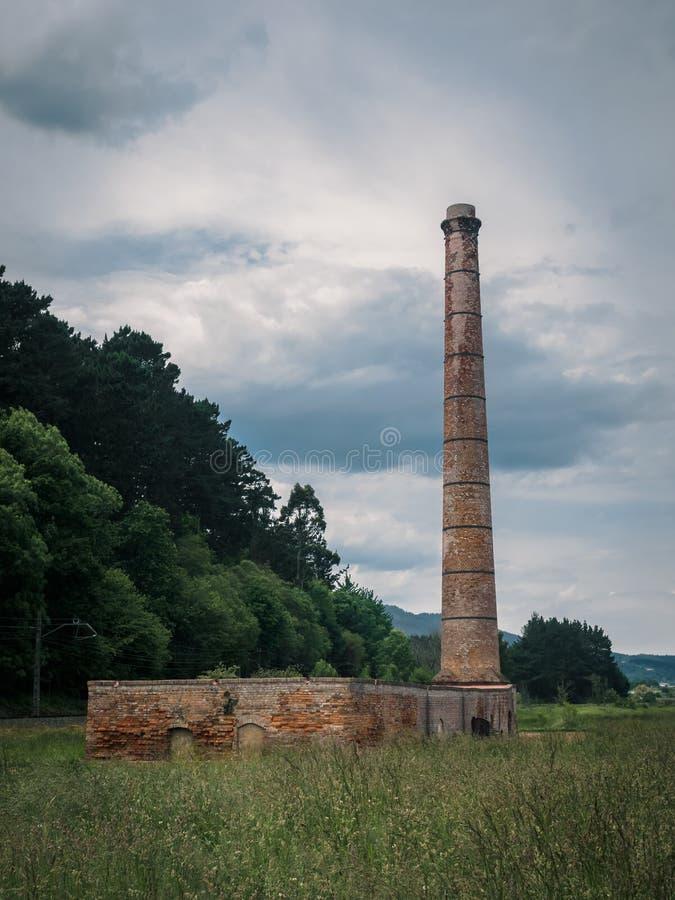 F?brica velha do tijolo na reserva da biosfera de Urdaibai no pa?s Basque fotografia de stock