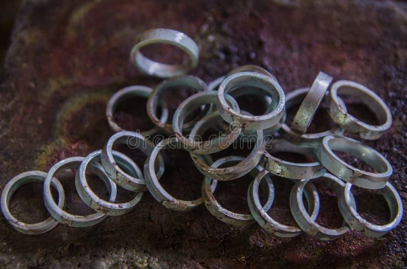 F?brica y dise?o de la joyer?a producci?n de la joyer?a de anillos de bodas fotografía de archivo libre de regalías