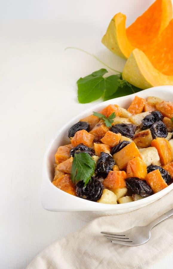 F?cil delicioso hacer las im?genes de la calabaza de cocinar lenta de la comida, verduras, pasas, manzanas, patatas de los acompa fotos de archivo