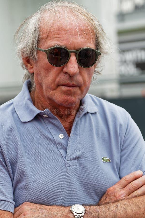 F1 conductor francés anterior Jacques Laffite en Grand Prix histórico francés imagen de archivo