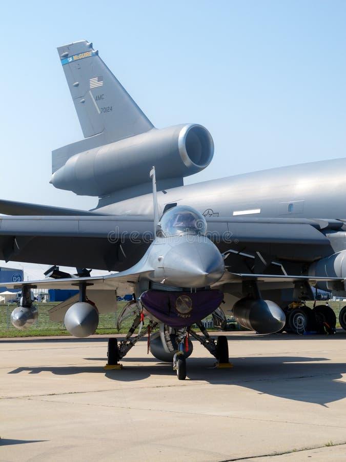 F-16 contro kc-10a fotografia stock