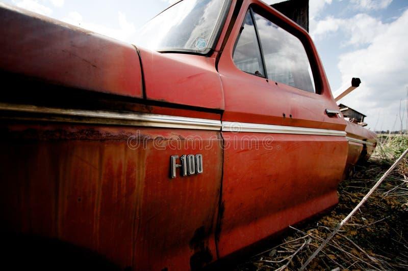 F-100 de Ford del vintage en un campo del ` s del granjero imagen de archivo