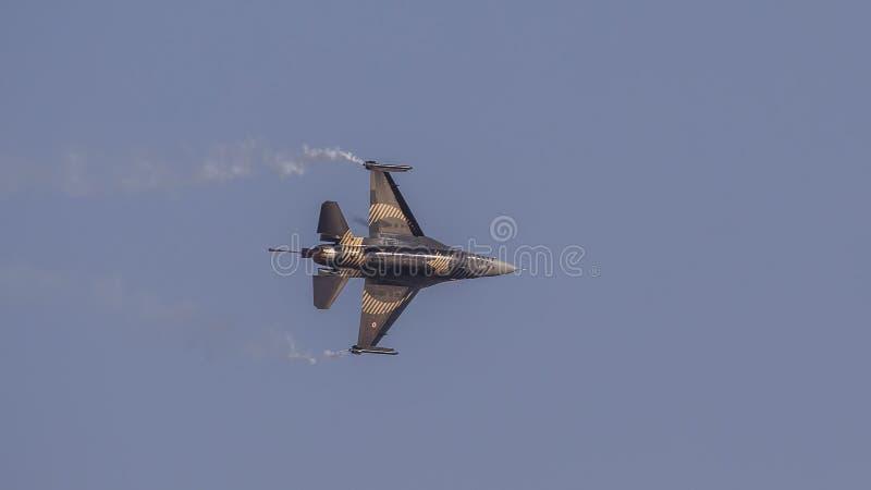 F-16 Demo Aircraft de Soloturk sur le ciel bleu clair photographie stock libre de droits