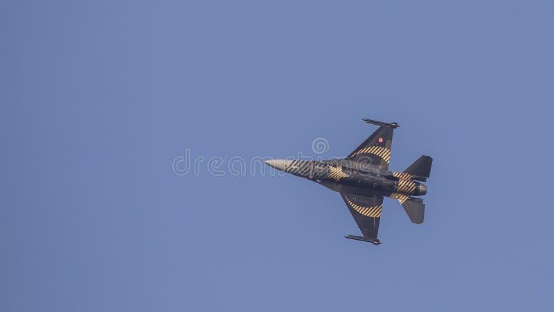 F-16 Demo Aircraft Flying Left de Soloturk photographie stock libre de droits