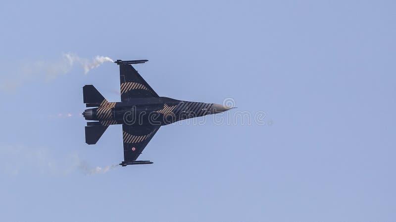 F-16 Demo Aircraft Releasing Smoke de Soloturk image stock