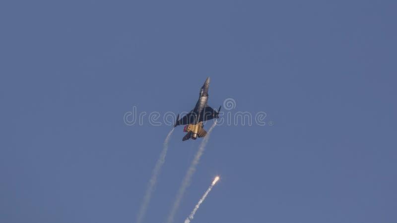 F-16 Demo Aircraft Throwing Single Flare de Soloturk images libres de droits