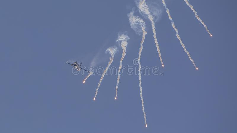 F-16 Demo Aircraft Throws Multiple Flares de Soloturk photo stock