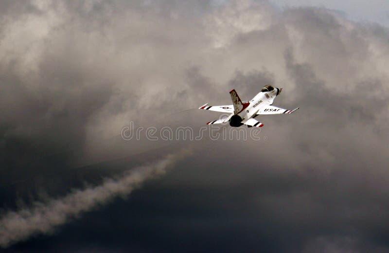 F-16 di Thunderbird dell'aeronautica di Stati Uniti fotografie stock libere da diritti