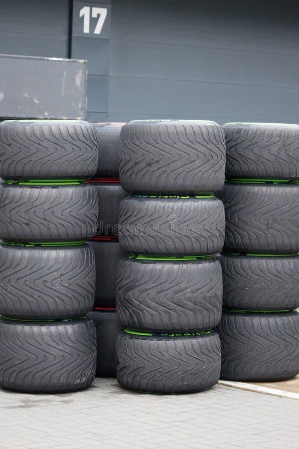 F1 emballant des pneus empilés sur l'un l'autre images stock