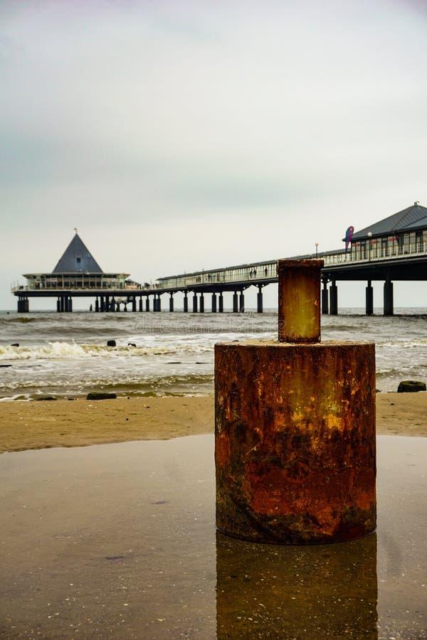F, Germania - novembre 2018: Rusty Barrel nella priorità alta, il pilastro nei precedenti fotografie stock libere da diritti