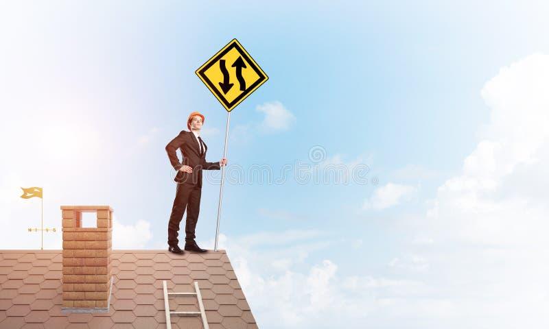 F?hren Sie Mann auf Ziegelsteindach mit unterzeichnen herein H?nde aus Gemischte Medien lizenzfreies stockfoto