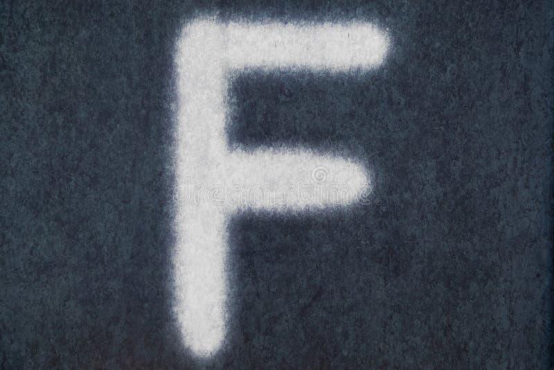 F isolerad kritabokstav i svart tavlabakgrund royaltyfri bild