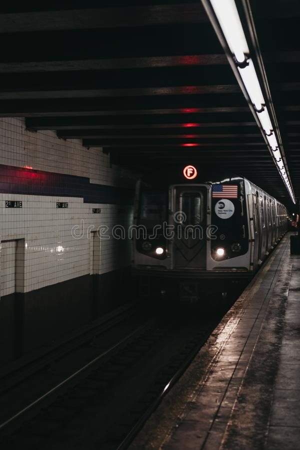 F Lijntrein die bij een postplatform aankomt in New York, de V.S. stock foto's