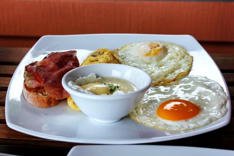 F.m. stekte ägg, kokade ägg på tabellen arkivfoto