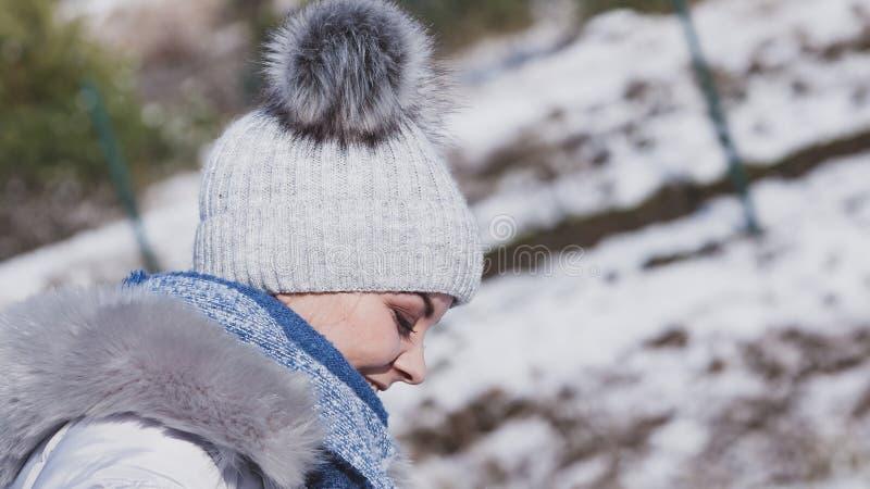 F?mea que veste o equipamento morno durante o inverno foto de stock royalty free