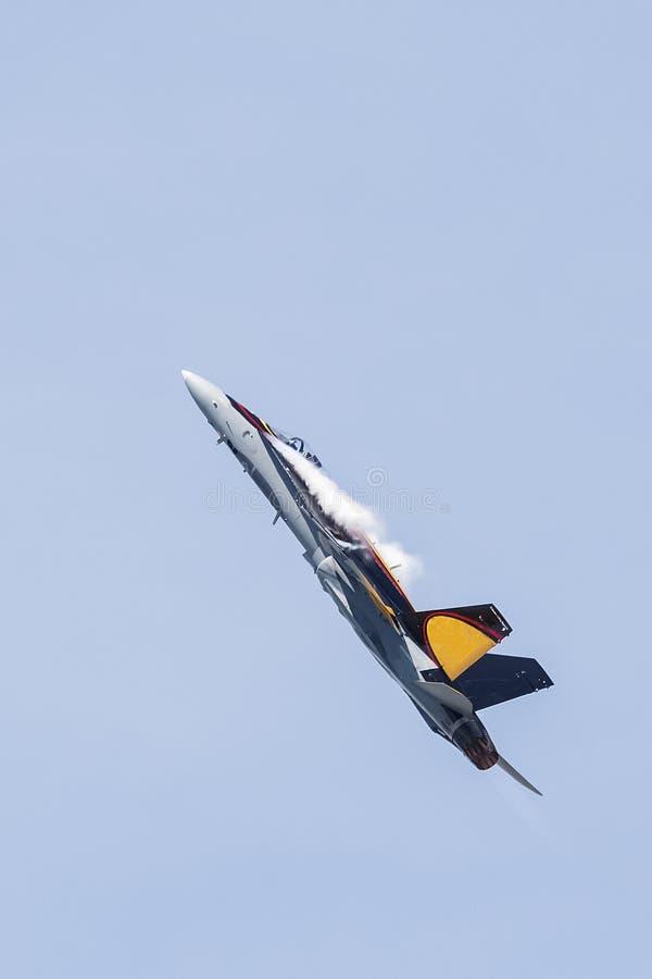 F-18 med dunstmolnet fotografering för bildbyråer