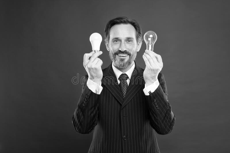 f?nget I Man med sk?ggs?kandet f?r inspiration lampa Elektricitet och energi Mature sk?ggig man med lampan Aff?rsman fotografering för bildbyråer